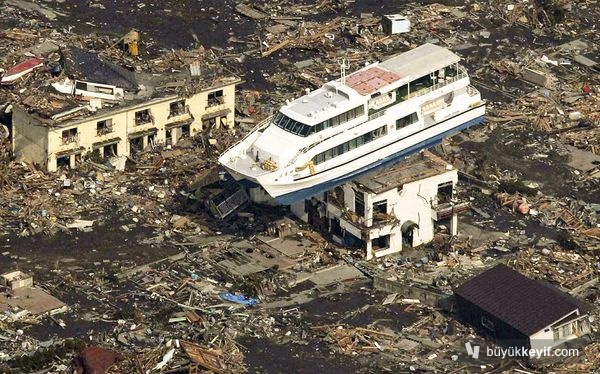 japan-earthquake-tsunami-nuclear-unforgettable-pictures-ship_33287_600x450